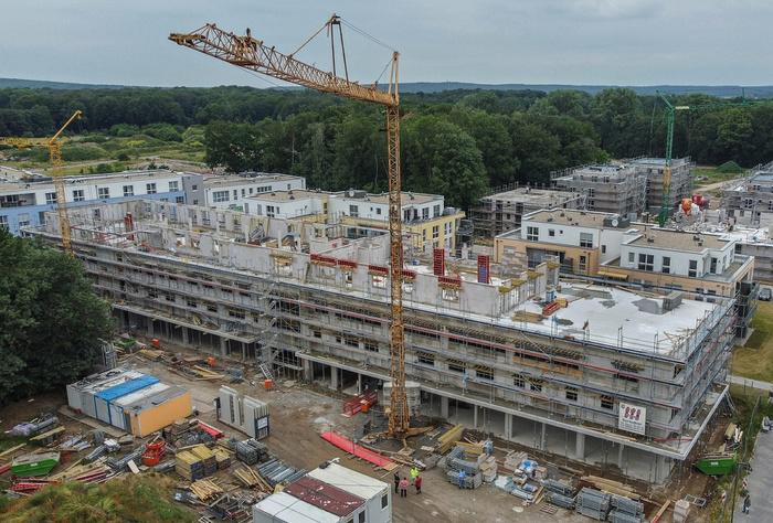 Die Baustelle des Gesundheitszentrums von oben. Der fertiggestellte Rohbau ist über 100 Meter lang. Hier soll es ein möglichst großes medizinisches Angebot unter einem Dach geben. RP-Fotos (2): Markus van Offern